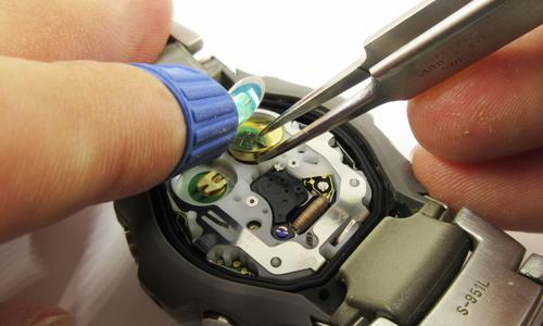 新しいリチウム電池を入れている様子