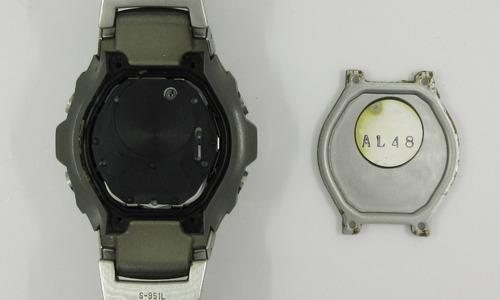 デジタル時計の裏ブタを開けてムーブメントカバーが見えている画像