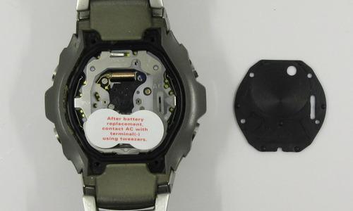 デジタル時計のムーブメントカバーを外して機械が見えている画像
