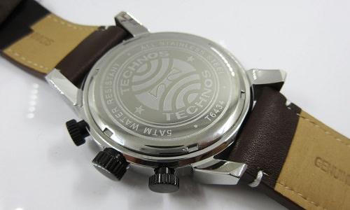 裏ぶたの淵に均等な窪みがある時計の写真