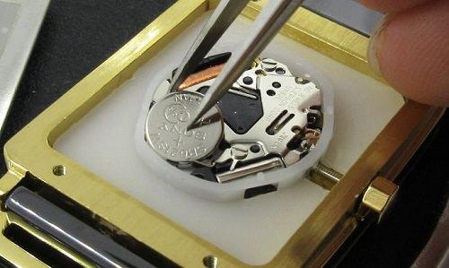 シンプルなタイプの時計に電池を入れている