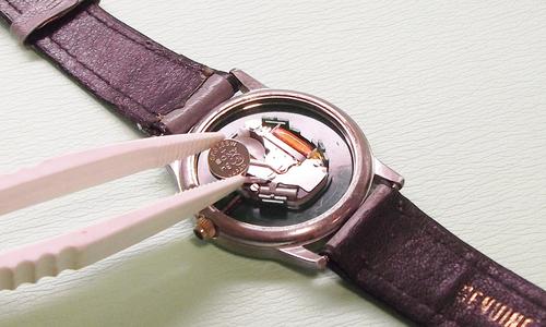 イワマ時計店の時計の電池交換の光景