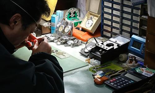 浅沼時計店の時計修理光景