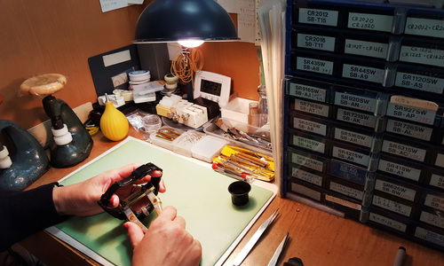昭和堂時計店の時計修理光景画像