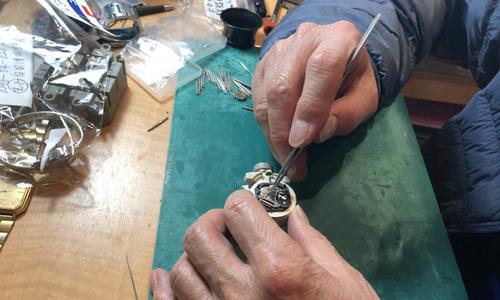 橋本時計メガネ店の時計修理光景
