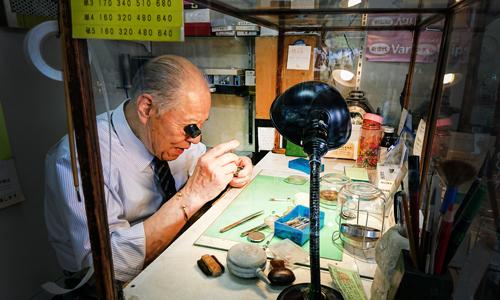 ヤマシタ時計店の時計修理職人画像