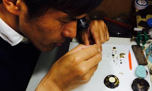 原田時計店の電池交換光景