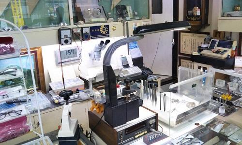 メガネ時計宝石スギウラの修理場光景